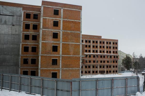 Долгострой, в котором должен появиться перинатальный центр, стоит на Немировича-Данченко уже много лет — раньше на стройку не было денег