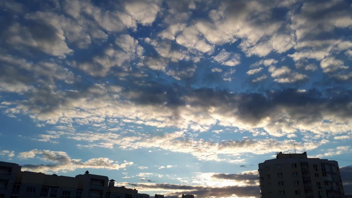 К вечеру над городом нависли объёмные облака