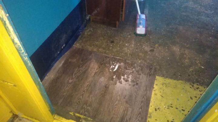 «В подъезд можно заходить только с зонтиком»: в Самаре после дождя затопило многоэтажку
