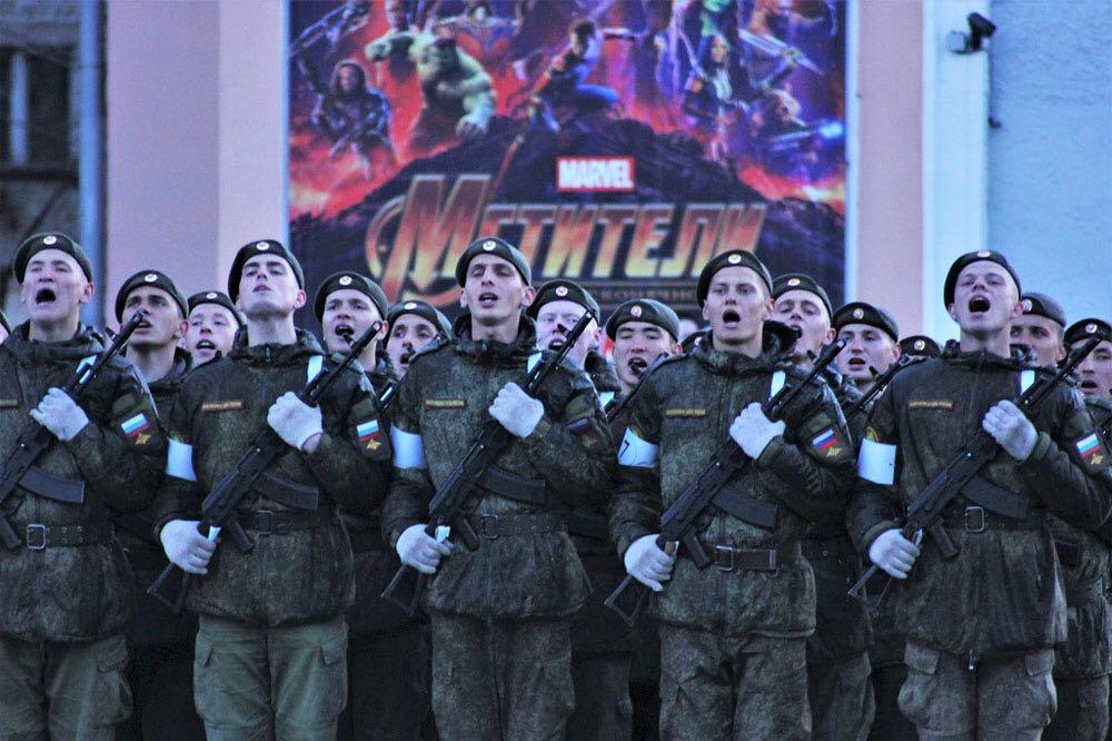 «Мстители по-русски. Ракетные войска и артиллерия. Горячо любимый младший сержант в первом ряду второй слева. С праздником!» — пишет Валентина
