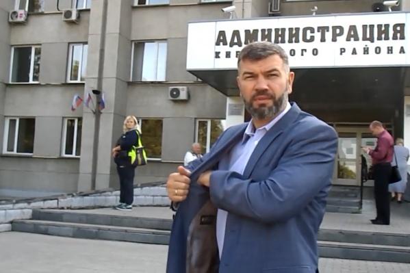 Человека, похожего на главу администрации Кировского района Андрея Гончарова, блогеры застали выходящим из машины у крыльца здания<br>