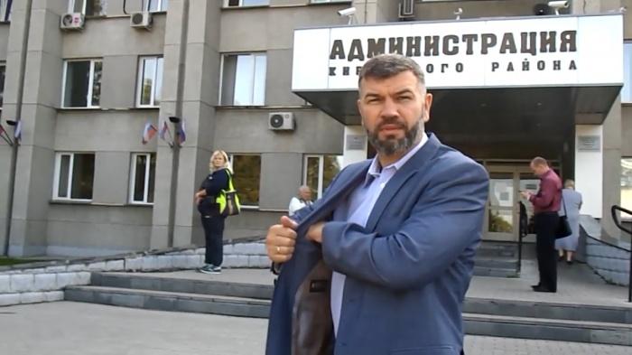 Человека, похожего на главу администрации Кировского района Андрея Гончарова, блогеры застали выходящим из машины у крыльца здания