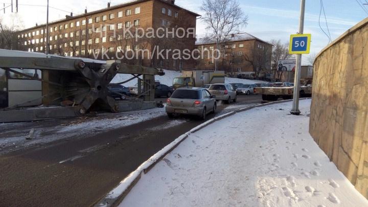 Поворот с Матросова на Свердловскую перегородил упавший с трала груз
