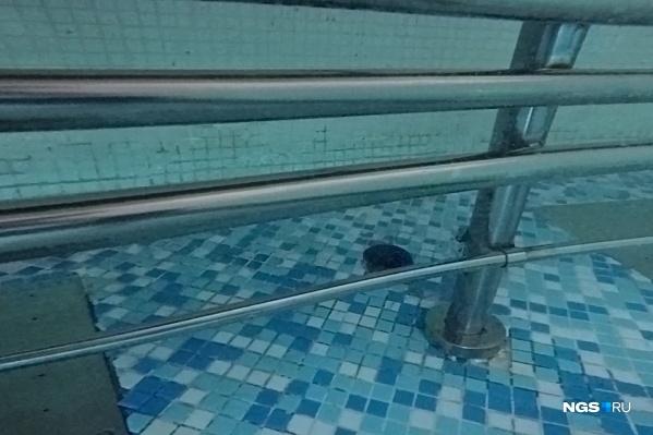 Так лавочка выглядела под водой