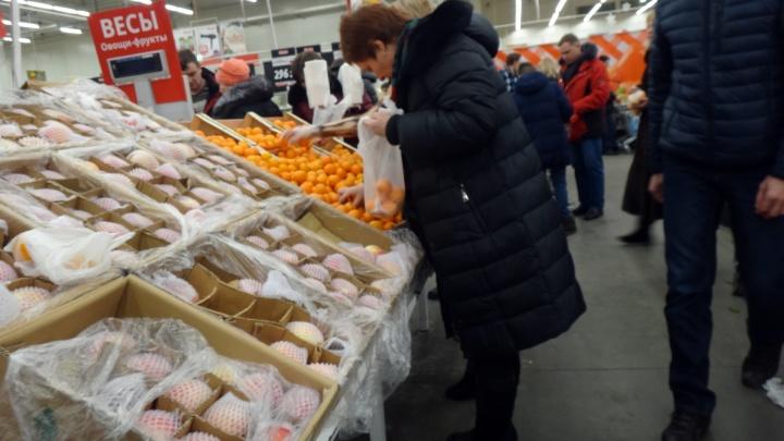 Дешёвые мандарины и дорогие овощи: как изменились цены на продукты для новогоднего стола в Омске