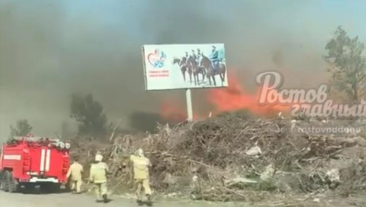 В Аксайском районе горит сухая трава