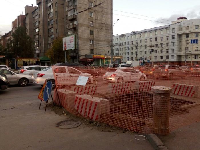Дорога сузилась из-за ремонта теплотрассы