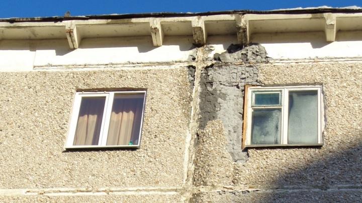 """""""Ждём тепла"""": управляющая компания пообещала отремонтировать дом на ЖБИ, от которого отвалился кусок стены"""