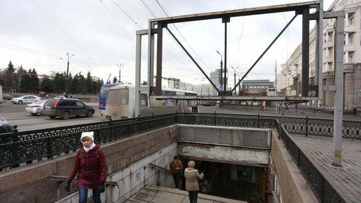 Нависали над душой: спуски в подземку на площади Революции освободили от рекламных конструкций