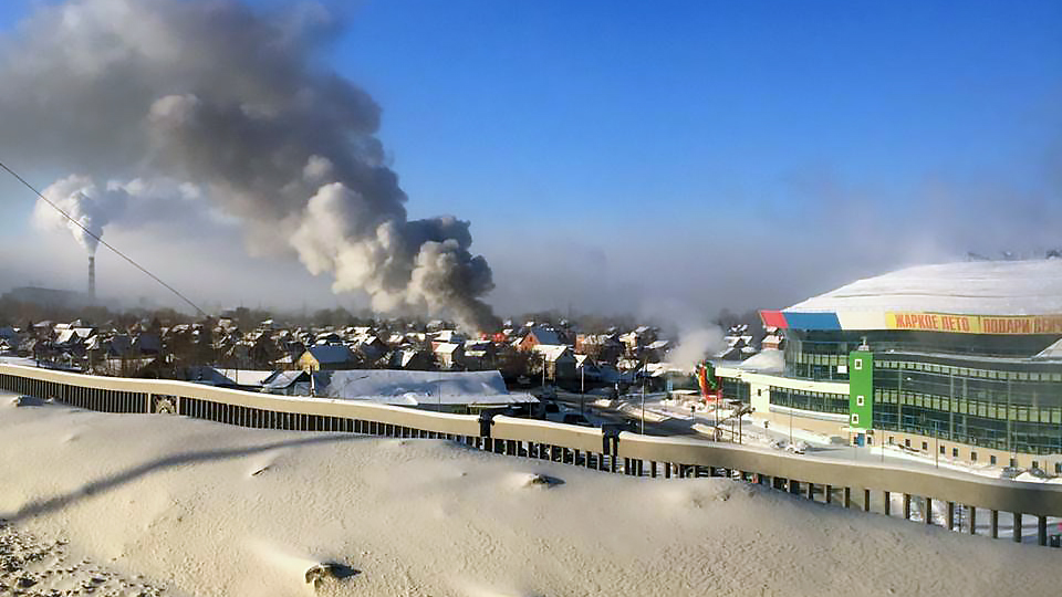 По словам очевидцев, загорелся дом в частном секторе недалеко от аквапарка