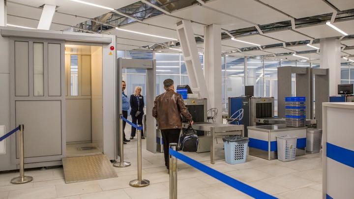 Двое новосибирцев попались на взятке полицейскому в аэропорту Толмачёво
