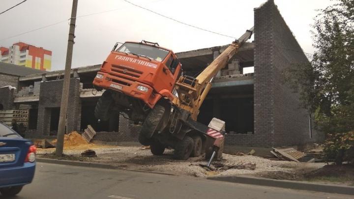 «Встал на дыбы»: в Сызрани автокран опрокинулся на строящийся офисный центр