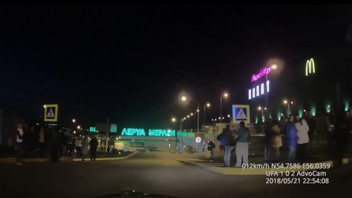 В Уфе полиция оцепила торговый центр «Планета»