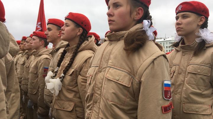 С бантами в волосах и автоматами наперевес: в Самаре 2000 детей прошли маршем по площади Куйбышева