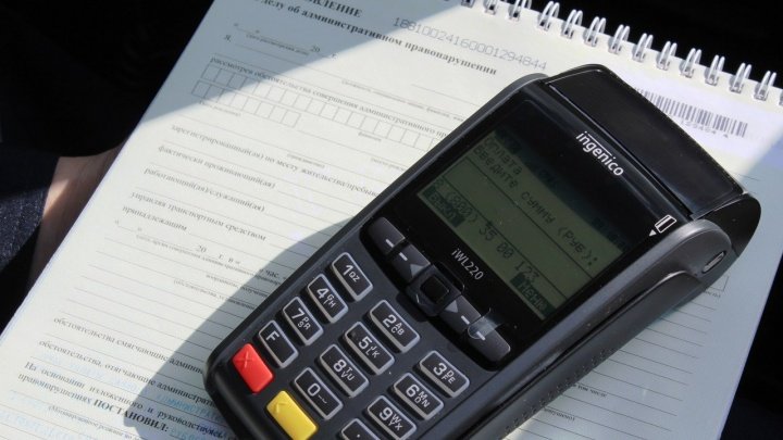 «Решить на месте»: теперь водители могут законно рассчитаться за нарушения в патрульной машине