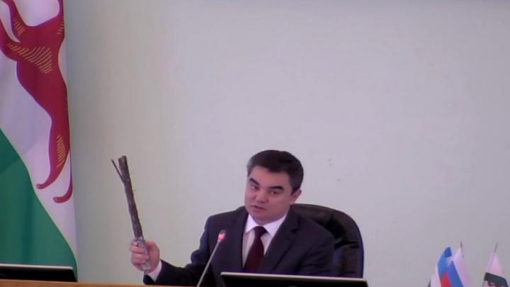 Мэр Уфы показал чиновникам ржавую арматуру со старого Бельского моста
