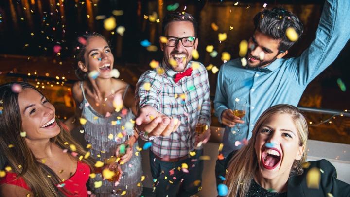 От гонок на снегоходах до ужина в огне: выбираем самый необычный способ отметить Новый год