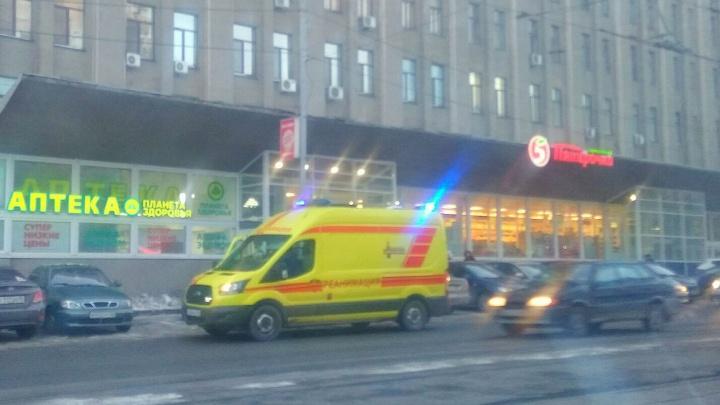В супермаркет на Луначарского ворвался грабитель и изрезал сотрудника магазина