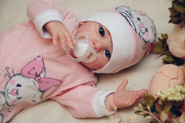 Эти виниловые куклы выглядят точь-в-точь как настоящие детки. Но никогда не плачут, не моргают, не дышат. Только внимательно смотрят