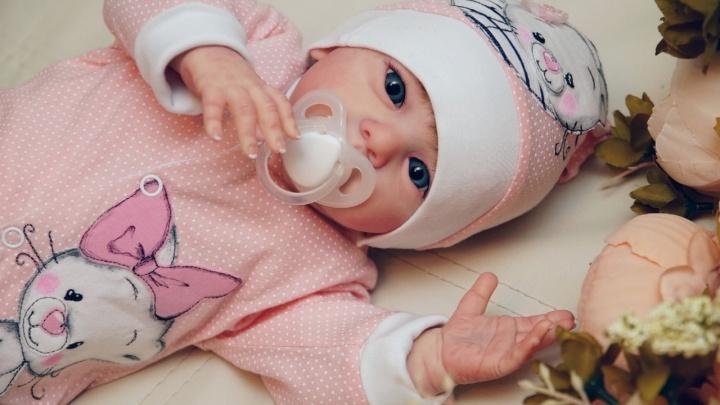 Тюменка вручную делает удивительных кукол, которых можно спутать с младенцами