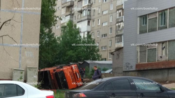 В центре города перевернулся грузовик, груженный землей