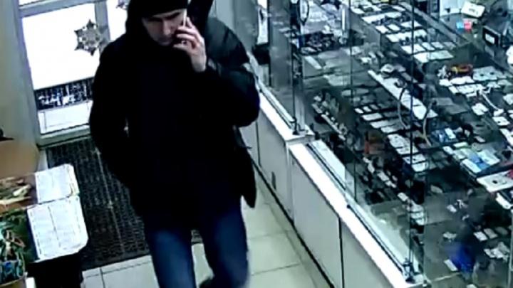 Мужчина, ворующий телефоны в екатеринбургских магазинах, снова попал на видео