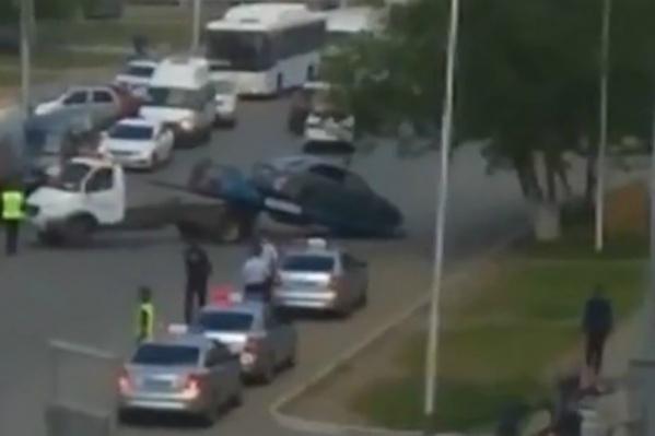 По словам очевидцев, с проезжей части убрали все машины