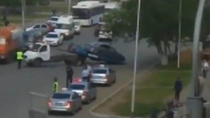 В Уфе массово эвакуируют машины с улиц Заки Валиди и в микрорайоне Школы МВД