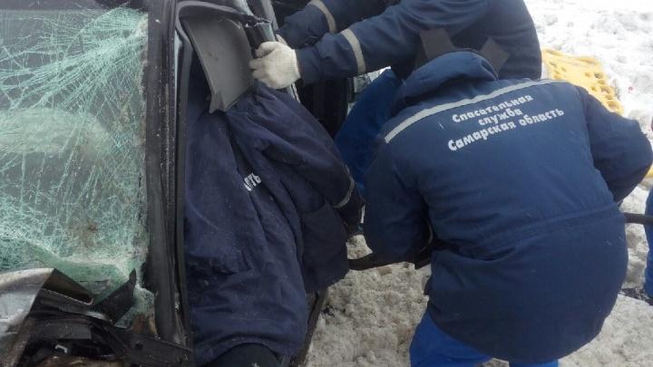 Вырезали гидроинструментом: спасатели работали на крупном ДТП в Кинельском районе