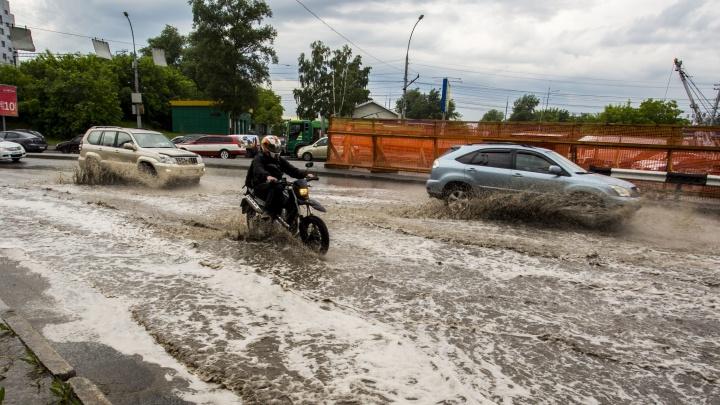 Видео: на Новосибирск обрушился мощный ливень