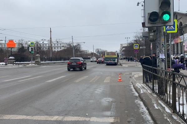 Водитель автобуса пытался проехать перекрёсток на красный