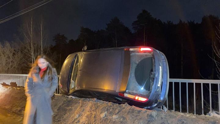 Под Екатеринбургом иномарка столкнулась с «Жигулями» и повисла на ограждении моста