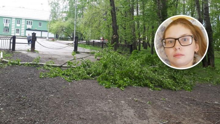 На Урале молодую маму, которой рухнувший тополь сломал позвоночник, оставили без денег