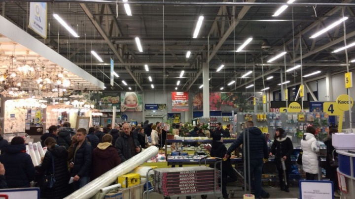 Атака ярославцев: люди часами стоят в очереди за дешёвыми стройматериалами