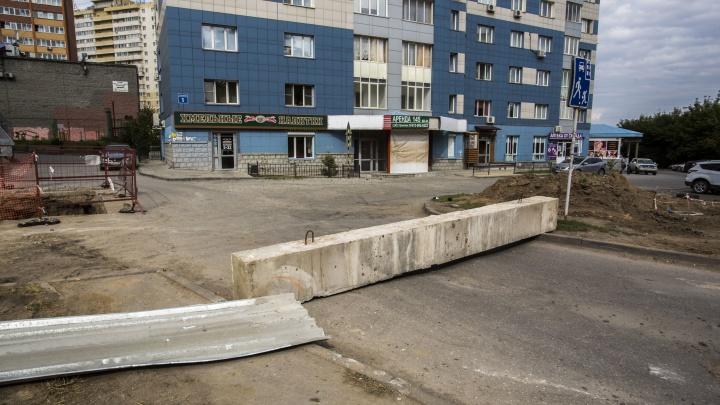 Рабочие перерыли улицу Блюхера и заблокировали проезд к многоэтажкам на Горском