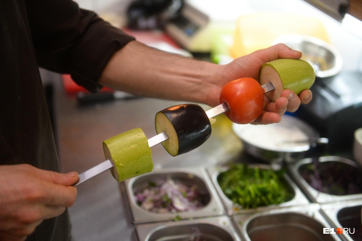 Лучший гарнир для шашлыка, говорит Арсен, — это, конечно, овощи