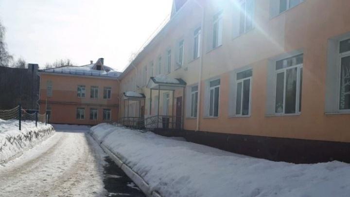 В детском саду на Уралмаше на трехлетнюю девочку упал снег и кусок крыши