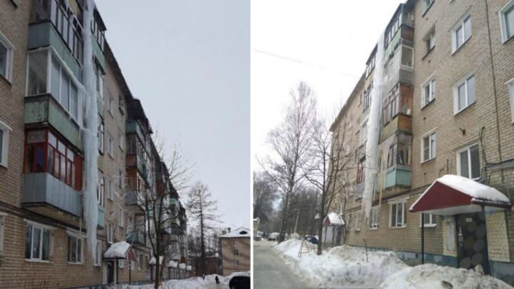 «Вместе с балконами упадет»: в Ярославле на доме повисла пятиэтажная сосулька