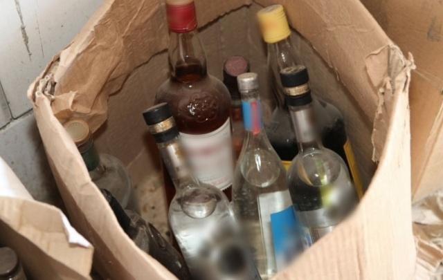 Курганец хранил в своем гараже фальсифицированный алкоголь и табачную продукцию