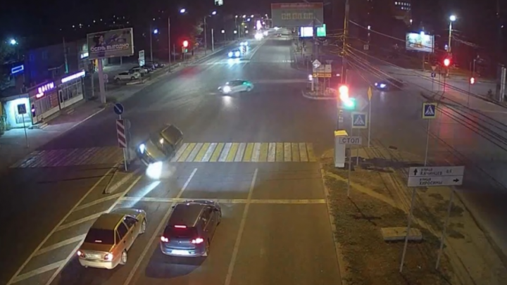 «Наехал на островок безопасности»: в центре Волгограда опрокинулся кроссовер