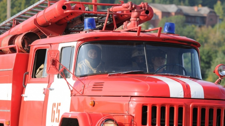 Рядом с Уральским турбинным заводом произошел пожар в промышленном цехе