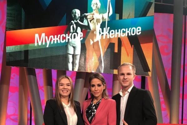 Андрей и его партнерша по бизнесу Александра с ведущей Юлией Барановской