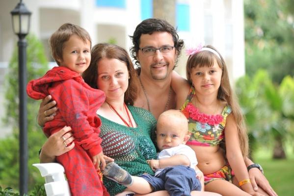Антон Шмонин и его семья в 2014 году на отдыхе в Турции