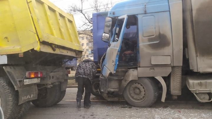 Три грузовика и две легковушки: крупное ДТП на проспекте Университетском