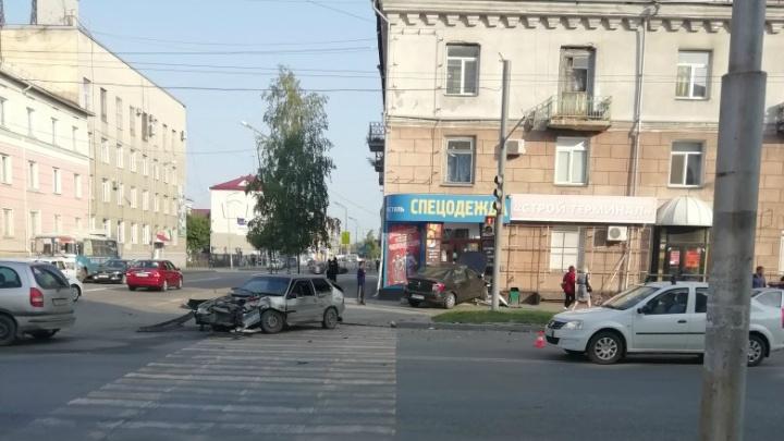 На перекресте улиц Ленина и Коли Мяготина в Кургане столкнулись Renault Logan и ВАЗ
