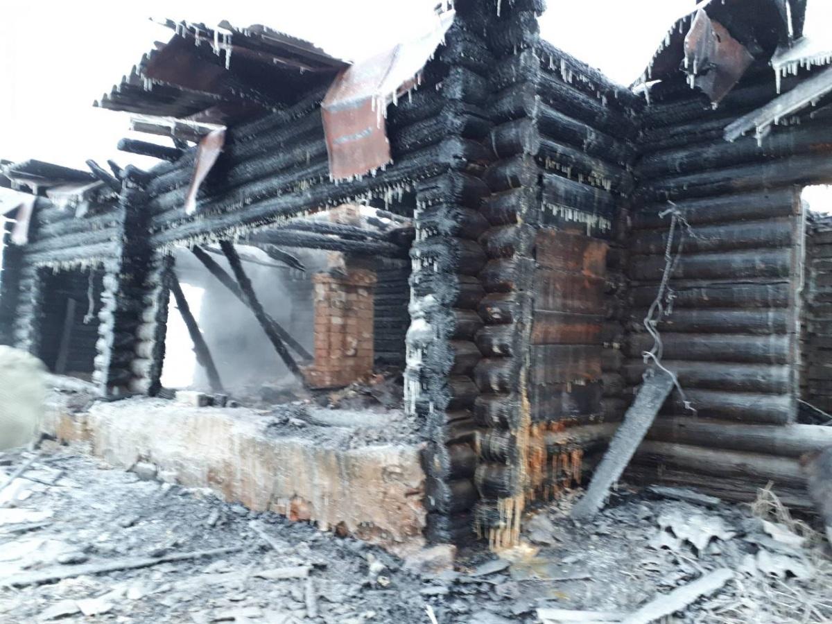 Огонь оставил без крыши над головой две семьи