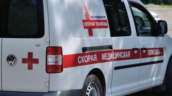 На Уралмаше с третьего этажа дома выпал 3-летний малыш