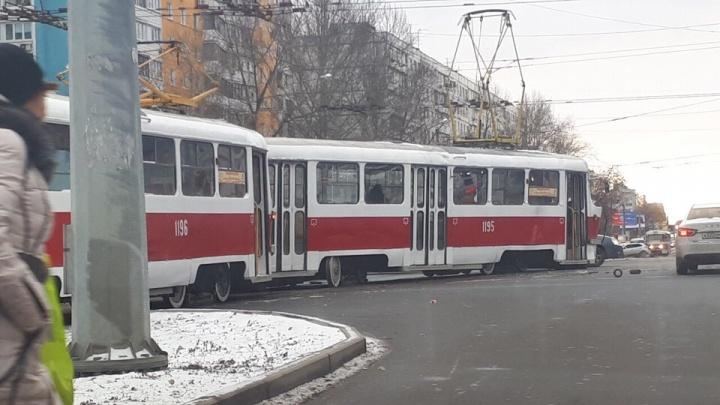 Видео момента аварии: в Самаре на Московском шоссе столкнулись автобус и трамвай