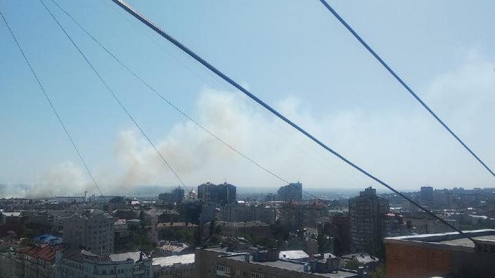 В Ростове за «Мегамагом» загорелся камыш