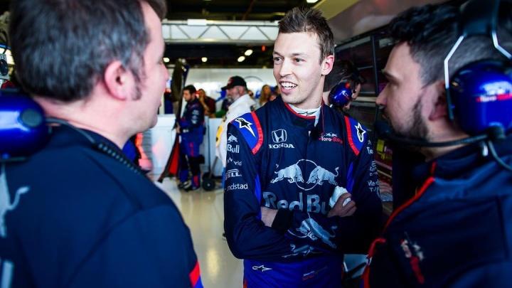 «Я не заслужил»: пилоту «Формулы 1» из Уфы Даниилу Квяту команда устроила сюрприз на день рождения